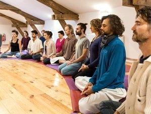 22 jours en retraite de hatha yoga traditionnel à  Saint-Just-d'Avray, Beaujolais