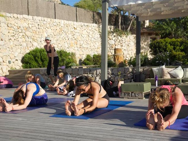 4 Days Paddle Surf and Beach Yoga Retreat in Mallorca
