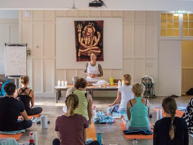 3-Daags 'Vrijheid van Zijn' Yoga Weekend in een voormalig Klooster in Biezenmortel, Nederland